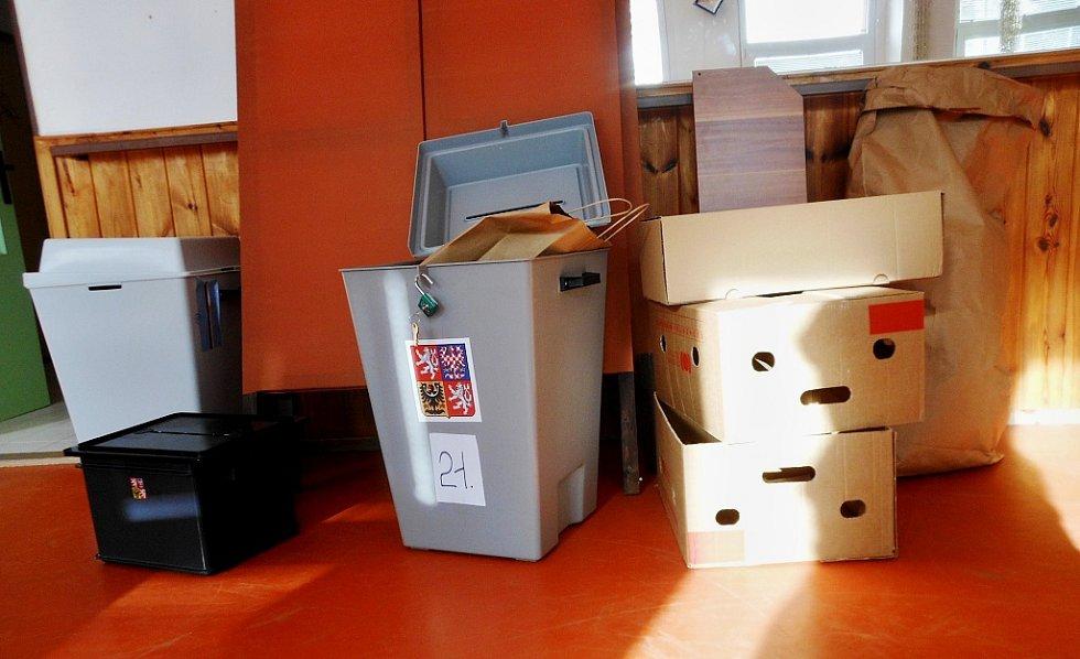 Složená plenta a vlajka, urna s už sečtenými volebními hlasy a další propriety čekají v litoměřické volební místnosti v Domě dětí a mládeže Rozmarýn na odvoz zaměstnanci městského úřadu.