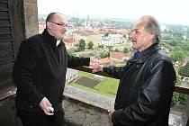 Generální vikář Biskupství  litoměřického Mons. Stanislav Přibyl a starosta Litoměřic Ladislav Chlupáč v nově otevřené věži.
