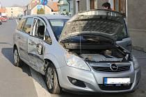 V centru Brozan na Litoměřicku se v pátek 22. března srazily dvě vozidla.