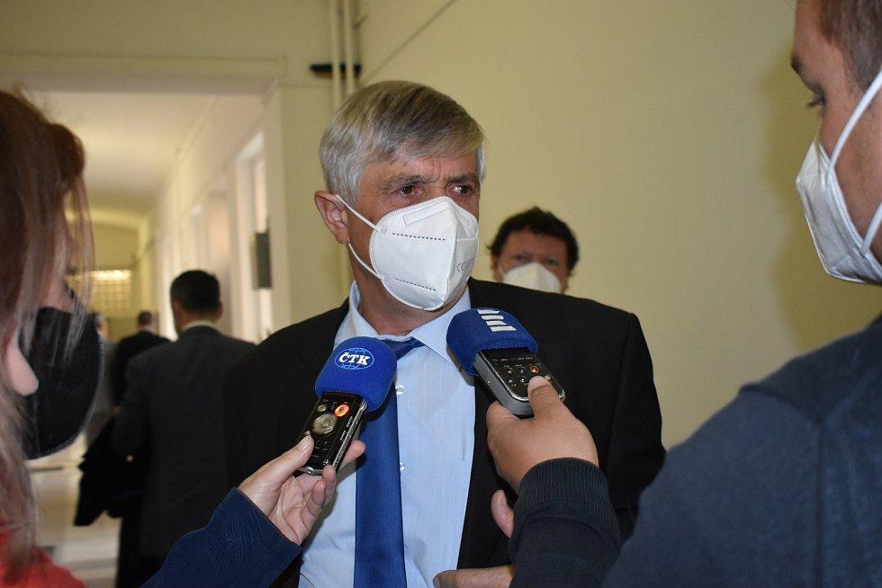 Obhájce Pavel Polák v rozhovoru s novináři na chodbě soudu.