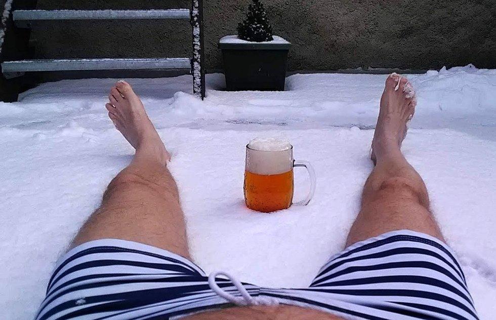 Sedmý schod? Když já mám jen dva..., napsal do redakce Jiří Suchomel z Chodovlic. Na snímku z 18. ledna si užívá čerstvého sněhu i správně chlazeného piva.