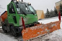 Pracovníci Technických služeb Litoměřice uklízejí sníh na sídlišti Cihelna.