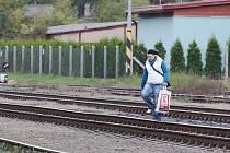 Lidé si zkracují cestu u Horního nádraží v Litoměřicích.