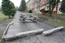 Měsíc ležely na přístupové cestě ke třem bytovým domům v libochovické Revoluční ulici betonové železniční pražce.