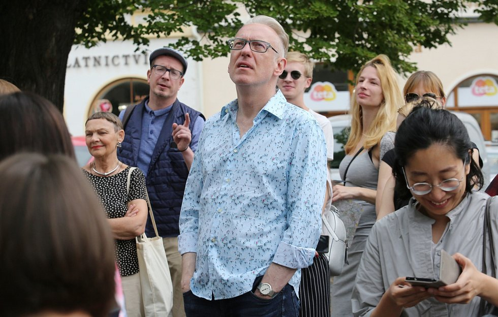 Bohemisté z celého světa navštívili Litoměřice. Mezi nimi i polský spisovatel Mariusz Szczygieł (v modré košili)