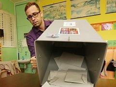 Aleš Pařízek z 18. volebního okrsku v Litoměřicích vysypává obálky s volební urny.