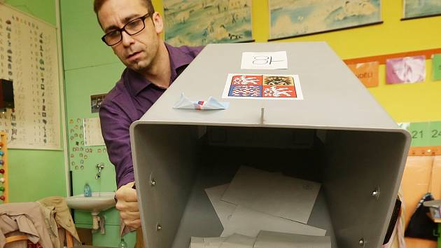 ca2b68abf59 Aleš Pařízek z 18. volebního okrsku v Litoměřicích vysypává obálky s volební  urny. ...