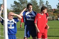 BÝVALI O PATRO VÝŠE. Dynamo Podlusky hrálo v sezoně 2007 – 2008 1. B třídu. Fotografie je z utkání Sokol Straškov - Dynamo Podlusky.