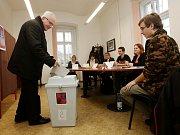 Litoměřický biskup Jan Baxant přišel vhodit svůj hlas v prezidentských volbách 2018