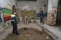 LITOMĚŘIČTÍ strážníci prohlížejí místo, kde se měla technoparty konat.
