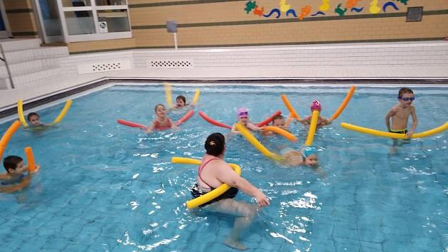 Každé pondělí dochází předškoláci a paní učitelky zMŠ Beruška na předplavecký kurz konaný vkrytém plaveckém bazéně vLitoměřicích.
