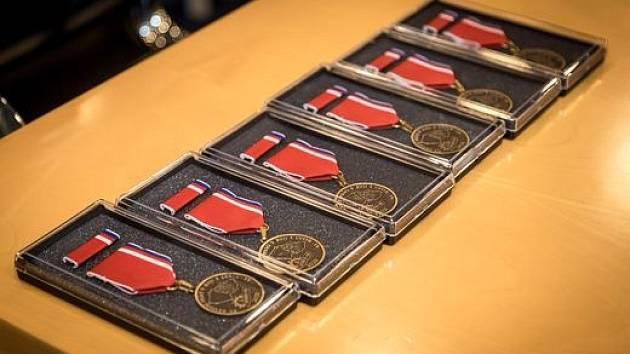 Dobrovolní hasiči dostali medaile od starosty KSH ÚK Jiřího Hence