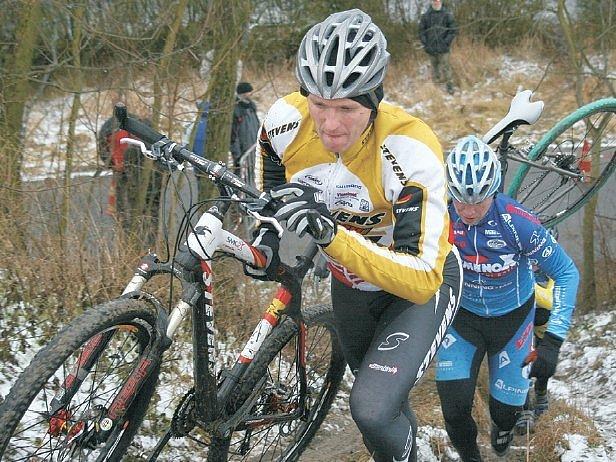 Kategorii horských kol nad 30 let vyhrál v Terezíně Jiří Pospíšil, kterého na trati takto stíhal v cíli druhý Josef Hladík.