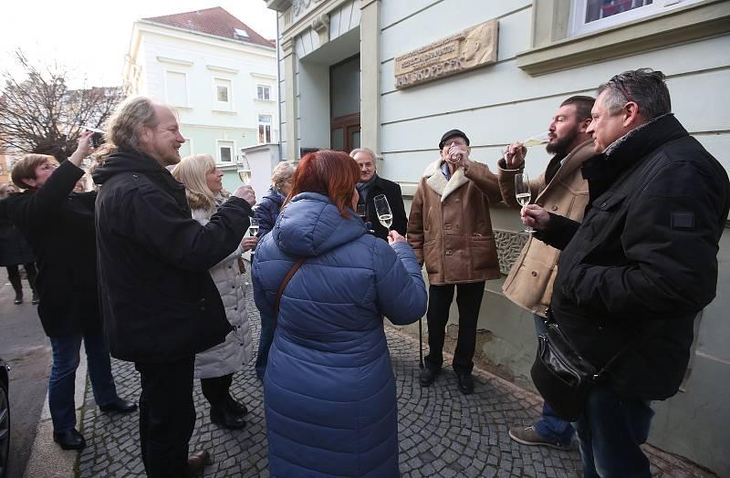 Herec Jan Skopeček slavnostně odhalil pamětní desku na domě v Litoměřicích, kde v mládí bydlel.