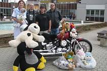 Motorkáři obdarovali dětské oddělení.