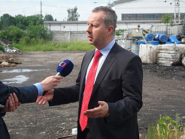 Ministr životního prostředí Richard Brabec v lovosické olejně