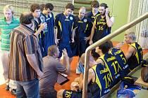 PORADA. Basketbalisté Slavoje Litoměřice podali v Praze dobrý výkon. Takto jim v přestávce udílel rady jejich kouč Rudolf Šotnar.