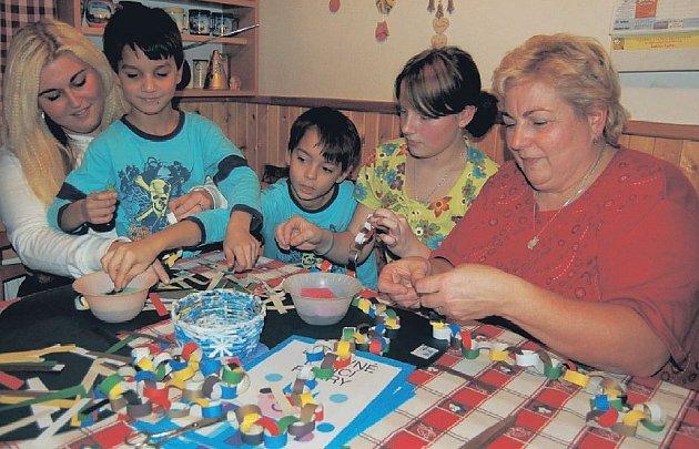Do přípravy na Vánoce se v rodině Culkových zapojují všichni. Alžběta (zleva), Tomášek, Románek, Patricie i maminka Danuše tu o víkendu chystali papírové řetězy, kterými si děti vyzdobí svoje pokoje. Starší Tomáš s tátou Jiřím obhospodařovali zvířectvo.