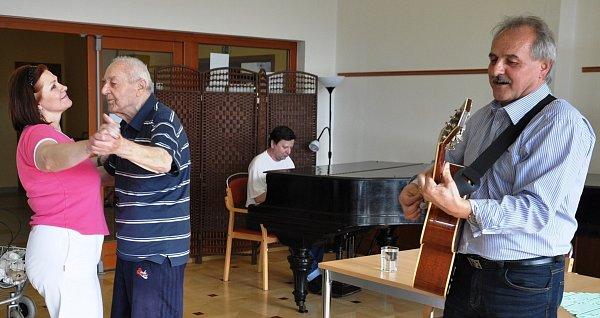 Starosta Chlupáč skytarou, vdoprovodu pianisty Arnošta Mináře ml., seniory a zaměstnance domova roztančil.