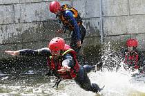 Hasiči a policisté krotili divokou vodu.