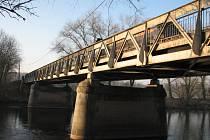 Most přes Ohři v Břežanech patří zejména pro svou šířku mezi kritická místa na páteřní komunikaci II/246.