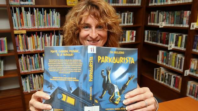 Spisovatelka Eva Dolejšová s knihou Parkourista