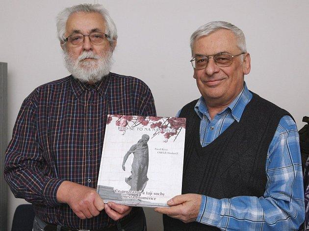 AUTOŘI publikací  Oldřich Doskočil (vlevo) a Pavel Rýva budou po křtu připraveni odpovídat na dotazy návštěvníků.