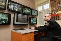OBSLUHA PULTU centrální ochrany na operačním středisku Městské policie v Litoměřicích nepřetržitě sleduje pomocí kamerového systému dění na nejfrekventovanějších místech města. Do modernizace systému věnuje město každý rok nemalé prostředky.