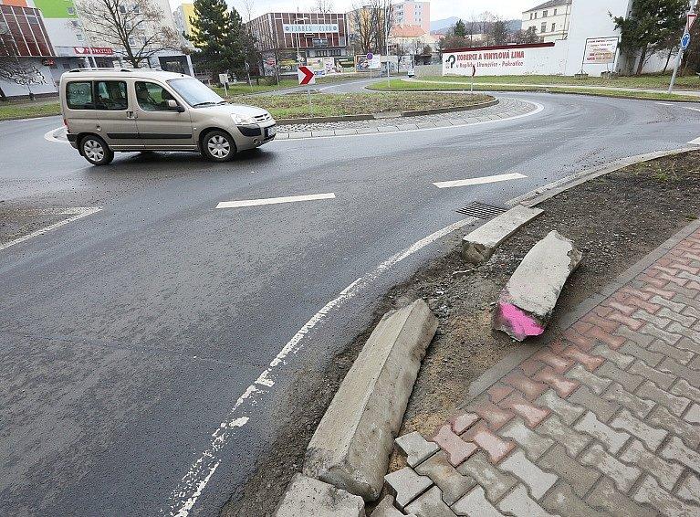 Obrubníky na okružní křižovatce na Vojtěšském náměstí řidiči opakovaně ničí už od uzavírky Tyršova mostu