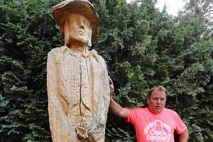 Na památku Václava Babinsého vyrobil tesař Zdeněk Oravec jeho sochu, kterou usadil před svým domem v Pokraticích.
