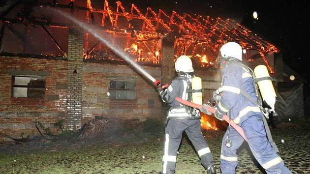 Blesk zapálil ve Lkáni stavení.