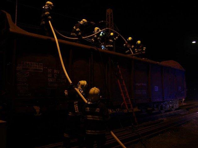 Požár vagonu se dřevem na nádraží v Račicích.