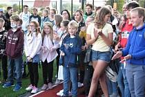 Žáci v Základní škole ve Straškově-Vodochodech dostali k zahájení školního roku nové hřiště. Při jeho otevření je navštívil stříbrný olympionik Jakub Vadlejch.