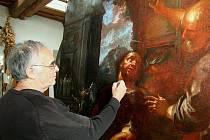 RESTAURÁTOR Jiří Brodský dokončuje práce na opravě oltářního obrazu z kaple sv. Viléma v Roudnici nad Labem.