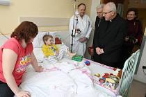 Stejně jako vloni (viz. snímek) navštívil biskup Baxant o Štědrý den litoměřickou nemocnici