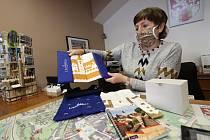 Pracovnice Městského informačního centra v Litoměřicích Hana Mildová ukazuje nové suvenýry a pohledy