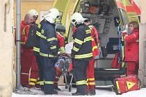 Muž spadl z devíti metrů. Přiletěl pro něj vrtulník.
