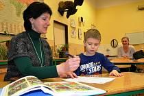Příjemné prostředí, drobné dárečky, vlídné přijetí, jež se dostalo nejen dětem, ale i rodičům. Tak vypadala v průběhu zápisů atmosféra na ZŠ Na Valech, kam přišel s maminkou i sedmiletý  Matýsek  Vojtěcha.