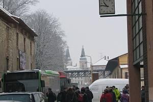 Po tragické nehodě byla vlaková doprava v Roudnici dočasně nahrazena autobusovou