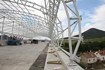 """PROTIHLUKOVÁ BARIÉRA """"obalí"""" most přes Vchynice. Její montáž už začala. Tento úsek má být zprovozněn v prosinci."""