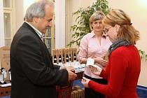 Oblastní spolek Českého červeného kříže Litoměřice udělil s městem ocenění 21 dárcům krve.