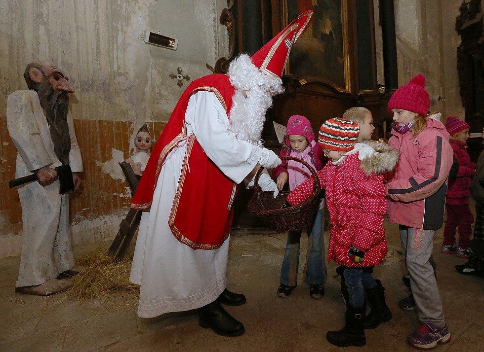 Kostel sv. Ludmily v Litoměřicích se stal místem vyprávění o adventu a tradicích. Na závěr přišel mezi děti Mikuláš.