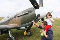 Na snímku si prohlíží na stojánce Spitfire milovník historických letadel Eduard Duchek s dcerou Terezou.