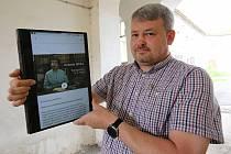 Aplikaci, která bude dostupná v mobilu či tabletu, ukazuje mluvčí Památníku Tomáš Rieger. Foto: