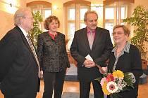Setkání Pavla Pecháčka (vlevo), dcery zemřelého Naděždy Štětinové, starosty Litoměřic Ladislava Chlupáče, manželky Františka Charváta Vlasty (vpravo) proběhlo neformálně, v přátelské atmosféře.