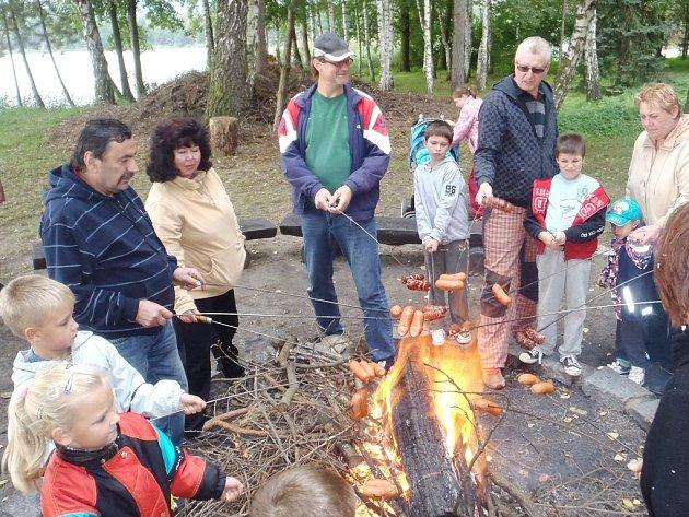 O víkendu nechyběl ani oblíbený táborák spojený s opékáním buřtíků.
