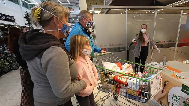 V sobotu proběhla potravinová sbírka pro potravinovou banku v Ústeckém Globusu.