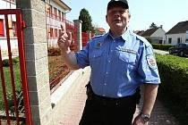 JAKO ŠERIF.  Jediný strážník obecní policie v Čížkovicích Milan Pova si musí poradit s místní kriminalitou či  vandalismem. V pondělí a ve středu úřaduje i na obecním úřadě od 15 do 17 hodin.