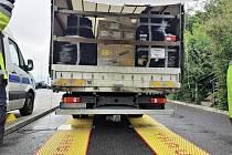 Celníci vážili na dálnici D8 u Lovosic nákladní vozidla