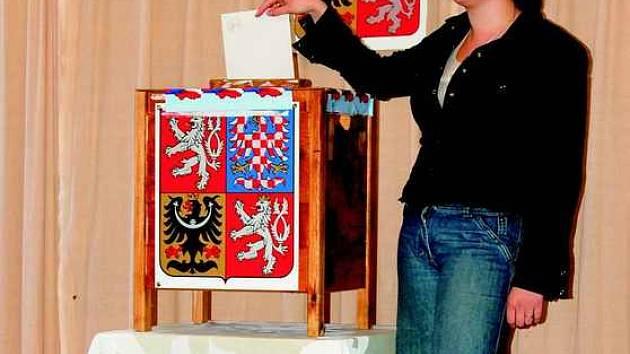 V Ústeckém kraji přišli voliči v sobotu k volebním urnám na osmi místech. Na snímku volička Lucie Plachá ze Ctiněvsi.